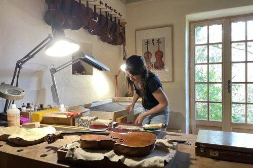 """""""Ce que j'aime, c'est choisir du bois, le façonner et créer un son"""" : Océane Mangeot, luthière en pays de Savoie"""