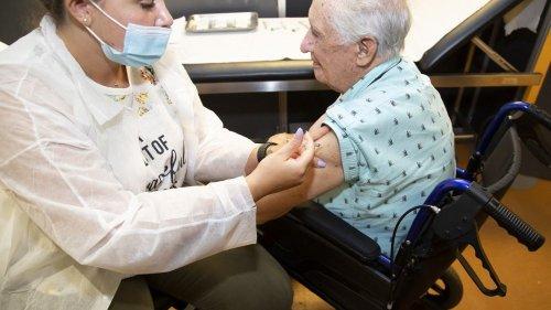 Vaccination contre le Covid-19 : comment certains pays ont réussi à couvrir 100% de leur population âgée, alors que la France plafonne