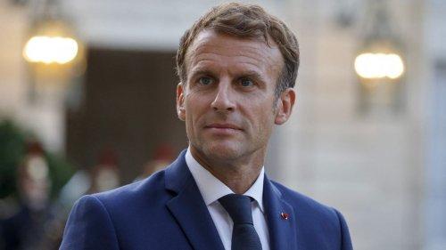Emmanuel Macron rend hommage à Samuel Paty et montre la photo de McFly et Carlito