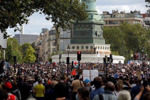 Plusieurs milliers de personnes défilent contre le pass sanitaire à Paris