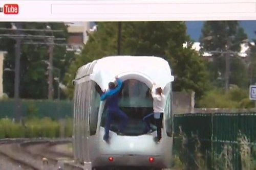 Métropole de Lyon : un jeune chute violemment après s'être accroché à un tramway