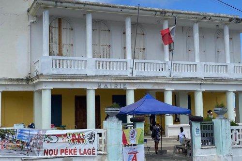 Anse-Bertrand : les agents municipaux grévistes sommés de libérer les accès des locaux de la ville, par le tribunal - Guadeloupe la 1ère