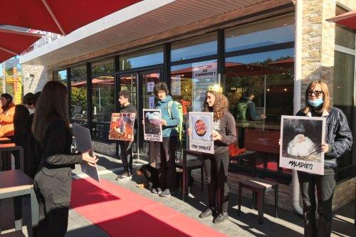 Des militants de L214 manifestent devant un fast-food de Limoges