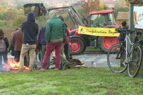 Limoges : des agriculteurs manifestent contre méthaniseurs et parcs photovoltaïques