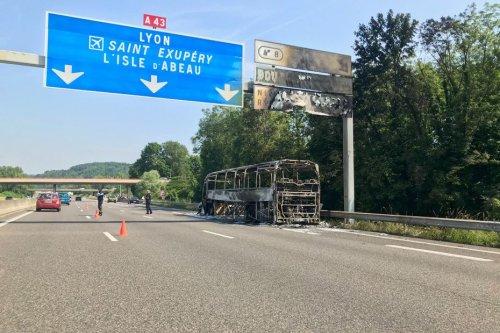 Isère : un bus transportant des retraités a pris feu sur l'A43 à Bourgoin-Jallieu ce samedi matin