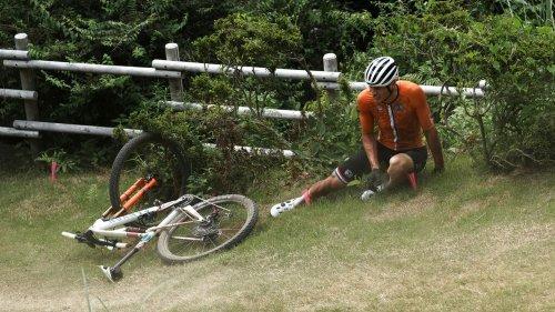 VIDEO. JO 2021 - VTT : la spectaculaire chute de Mathieu van der Poel en cross country