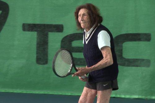 À 100 ans, la Landaise Hélène Salvetat est la doyenne du tennis mondial
