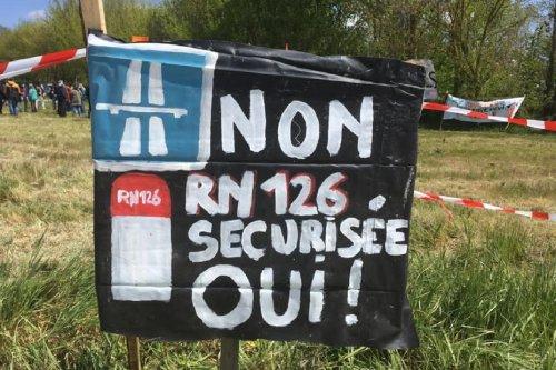 Des centaines d'opposants à l'autoroute Castres-Toulouse manifestent à Teulat, dans le Tarn