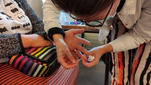 Covid-19 : dans les centres de vaccination, les tests sérologiques rapides, dits Trod, permettent de vérifier le nombre de doses de vaccin nécessaire