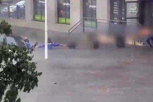 VIDEO. Nîmes : des gendarmes et une chaîne humaine sauvent une jeune femme piégée par les inondations