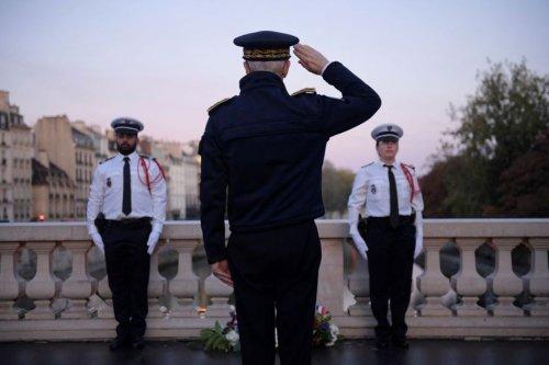 """17 octobre 1961: le préfet de police de Paris dépose une gerbe de fleurs """"à la mémoire des morts"""""""