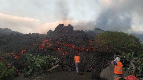 Eruption du volcan Cumbre Vieja aux Canaries : une journaliste télé arrête son reportage pour aider des riverains, son geste est salué sur Twitter