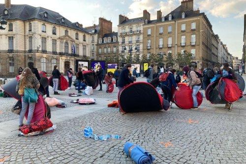 Rennes. Le collectif Utopia 56 tente d'installer pour la nuit des tentes pour les personnes précaires place de la mairie