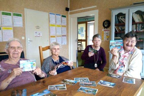 Des cartes postales pour faire entrer le soleil et les vacances dans l'Ehpad de Ménéac