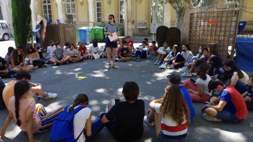 """""""C'est la première fois que je vais voir un spectacle"""" : des collégiens découvrent l'art théâtral au festival d'Avignon"""