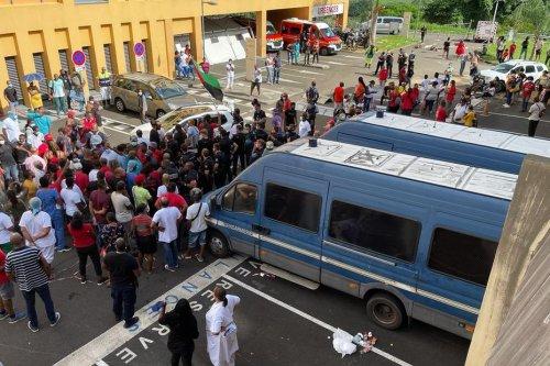 Trois personnes interpellées après des affrontements devant l'hôpital Pierre Zobda Quitman - Martinique la 1ère