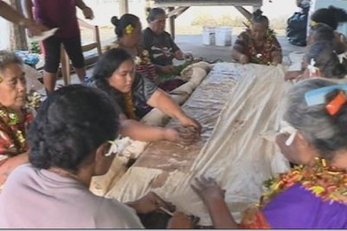 """Tradition : La fabrication du """"Siapo"""", """"gatu"""" ou tapa géant, un art séculaire à Wallis et Futuna - Wallis-et-Futuna la 1ère"""
