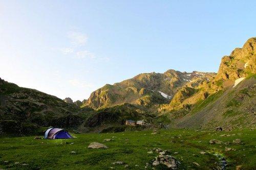 Montagne : victime de surfréquentation et d'incivilités, le parc naturel de Chartreuse interdit le bivouac avec tente