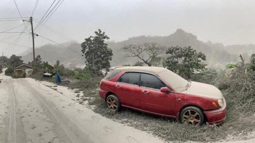 L'île de Saint-Vincent sous une épaisse couche de cendres après l'éruption de son volcan