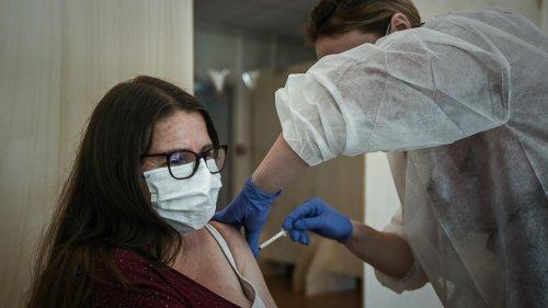 Covid-19 : Emmanuel et Brigitte Macron annoncent avoir été vaccinés