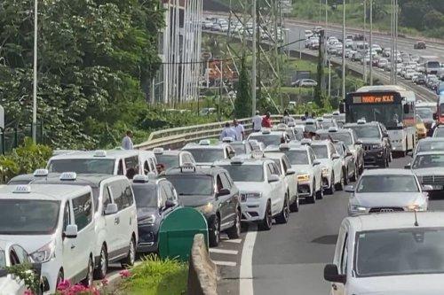 Les chauffeurs de taxi de place manifestent sur la route contre l'obligation vaccinale - Martinique la 1ère