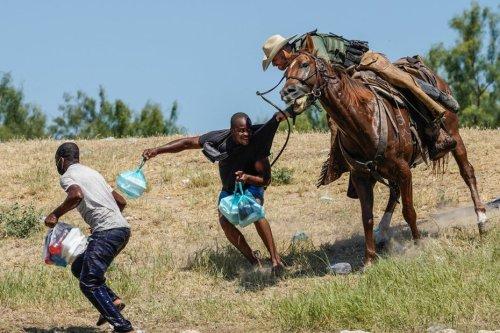 Les images de garde-frontières à cheval face à des migrants haïtiens scandalisent - Guadeloupe la 1ère