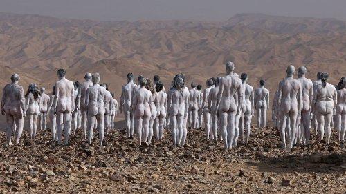 En Israël, des centaines de personnes posent nues pour le photographe Spencer Tunick près de la Mer Morte