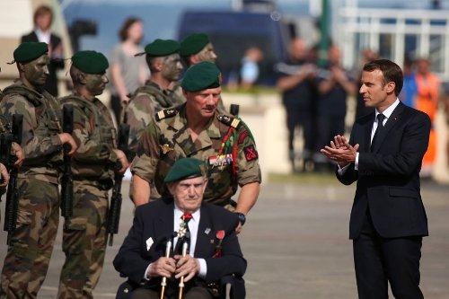 Leon Gautier, le dernier survivant français du Débarquement, décoré par Emmanuel Macron
