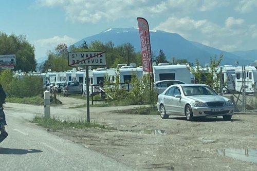 """""""Impossible de travailler !"""" : 80 caravanes de gens du voyage s'installent sur le terrain des moto-écoles d'Annecy"""