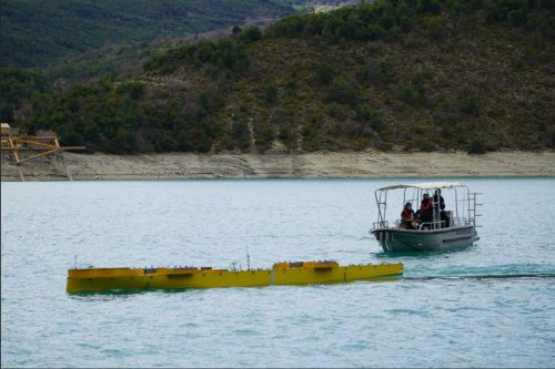 Insolite : cette maquette sur un lac des Alpes-de-Haute-Provence est le futur porte-avions français nouvelle génération