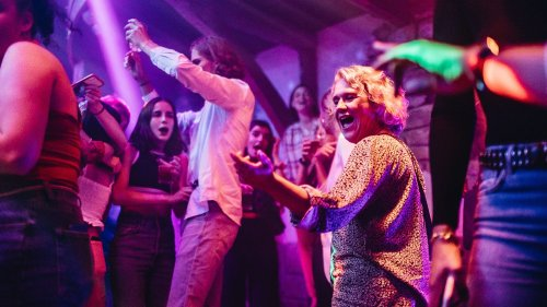 REPORTAGE. Les masques tombent et les premiers baisers s'échangent : une nuit dans une discothèque bretonne, où la fête était enfin de retour