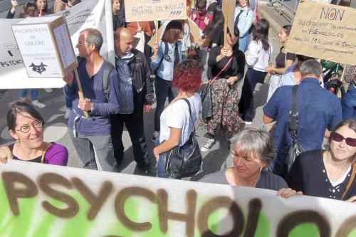 """Lyon : """"Psy ni gratuit, ni soumis"""" les psychologues en colère, descendent à nouveau dans la rue"""