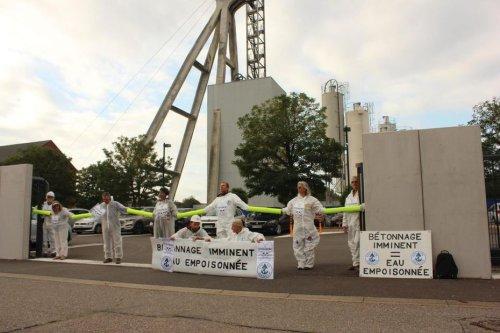 Wittelsheim : des militants bloquent l'entrée de Stocamine, une action symbolique contre l'enfouissement des déchets