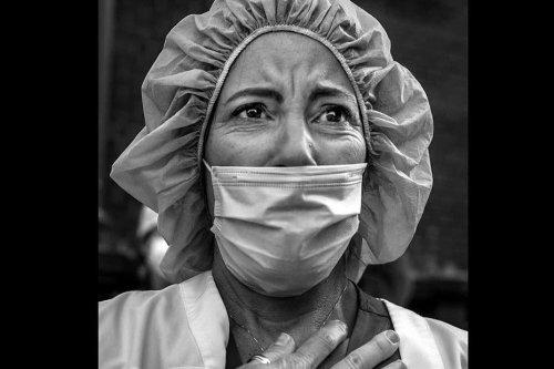 Visa pour l'image : les visages humains du coronavirus à New-York, la 1ère guerre mondiale du photographe Peter Turnley