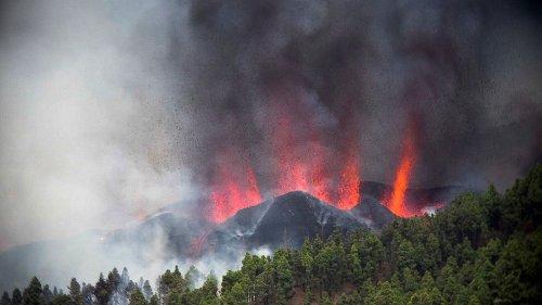 """Eruption aux Canaries : """"Pour l'instant la colonne de cendres monte à 4 500 mètres, c'est encore un peu modeste pour un volcan"""", estime Jacques-Marie Bardintzeff"""