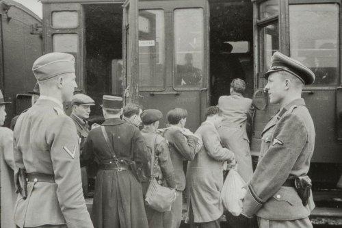 """Pour les 80 ans de la """"rafle du billet vert"""", le Mémorial de la Shoah dévoile une série de photos inédites"""