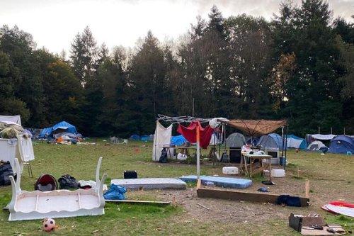 Rennes. Après le passage de la tempête Aurore, les bénévoles s'activent à remonter le camp de migrants des Gayeulles