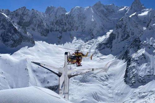 VIDEOS. Mont-Blanc : l'hélitreuillage spectaculaire filmé par un autre hélicoptère à plus de 3000 mètres d'altitude