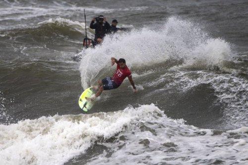 JO 2021 : le Polynésien Michel Bourez, dernier surfeur français en lice, éliminé en quarts - Outre-mer la 1ère