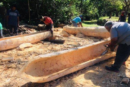 Hienghène : artistes et jeunes se mobilisent pour construire des pirogues - Nouvelle-Calédonie la 1ère
