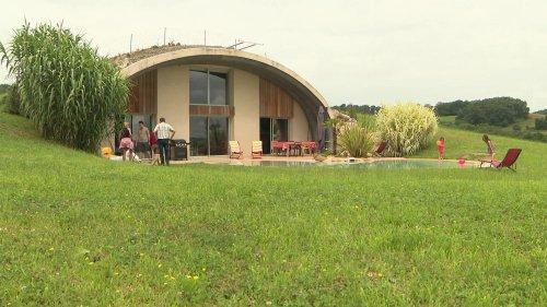 """En Hautes-Pyrénées, des """"maisons de Hobbit"""" économiques et écologiques"""