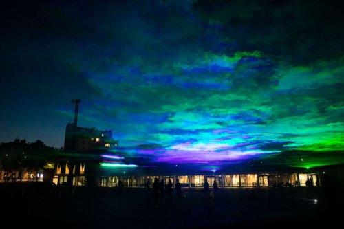 Une aurore boréale illumine le ciel de Rennes. La nouvelle œuvre de Dan Acher pour les Tombées de la Nuit