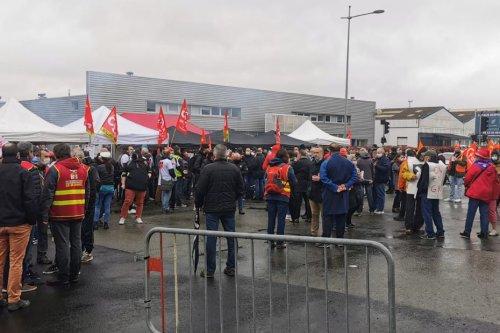 Le Mans : mobilisés devant l'usine Renault, les salariés dénoncent l'externalisation de la production automobile