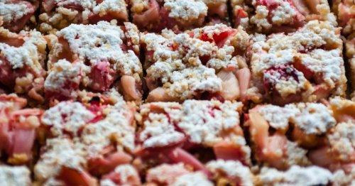 Blitzrezept: Streuselkuchen mit Rhabarber vom Blech | freundin.de