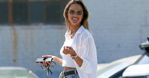 Modetrend: So stylisch trägt Alessandra Ambrosio ihre weiße Bluse   freundin.de