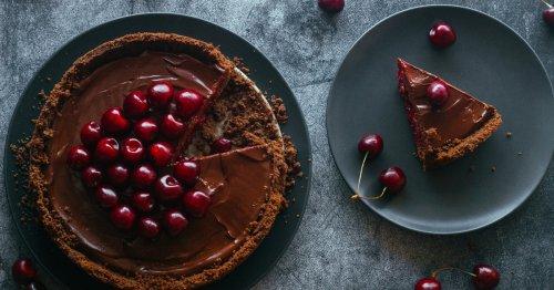 Kuchenrezept: Sommerlicher Schoko-Kirsch-Cheesecake | freundin.de