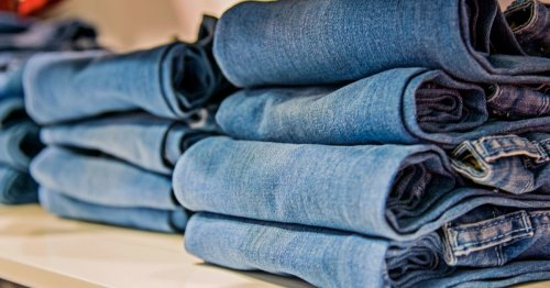 So nehmen Jeans im Kleiderschrank weniger Platz weg | freundin.de