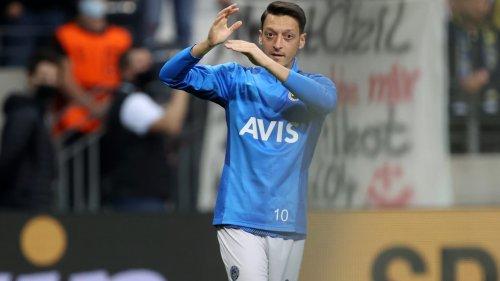 Nach Auswechslung: Frustrierter Özil kickt Wasserflasche weg