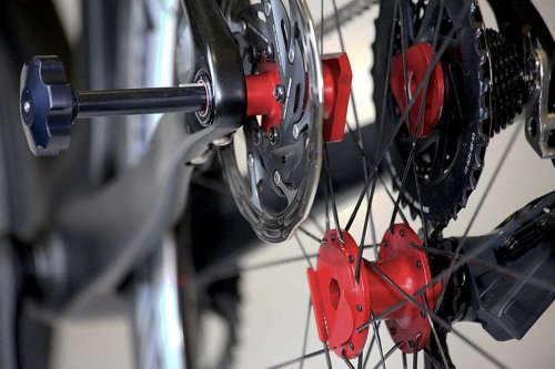 Changer la roue arrière d'un vélo se fait avec une facilité déconcertante grâce à cette invention française