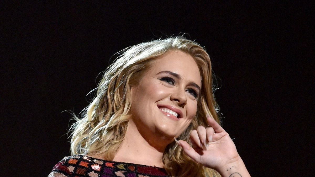 Adele stuns with strawberry blonde highlights at NBA game